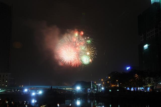 Pháo hoa bừng sáng, người dân cả nước nao nức mừng năm mới - 26
