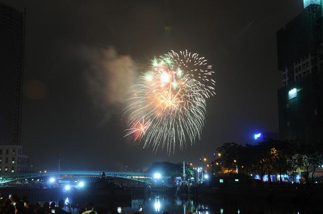 Pháo hoa bừng sáng, người dân cả nước nao nức mừng năm mới - 24
