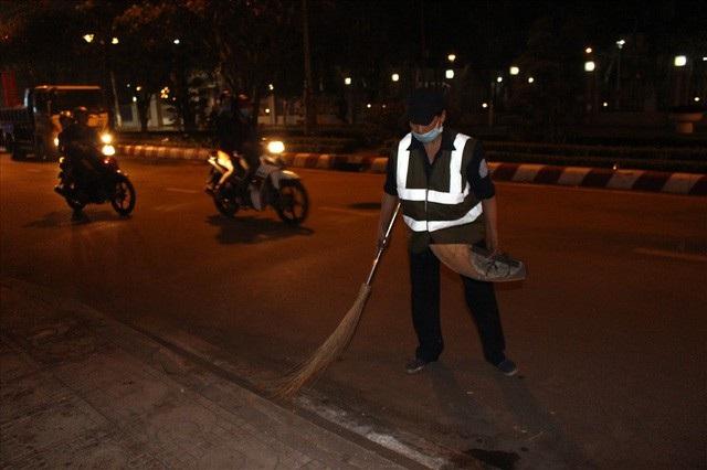 Quá giờ giao thừa, người đi xem pháo hoa trở về nhà, chị Tài vẫn miệt mài với công việc làm sạch đường phố.
