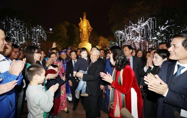 Tổng Bí thư Nguyễn Phú Trọng với nhân dân tại Tượng đài Lý Thái Tổ. Ảnh : Trí Dũng – TTXVN