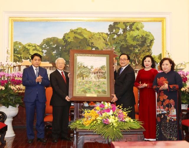 Đảng bộ, chính quyền và nhân dân thành phố Hà Nội tặng Tổng Bí thư Nguyễn Phú Trọng bức tranh Chùa Một Cột. Ảnh: Trí Dũng – TTXVN.