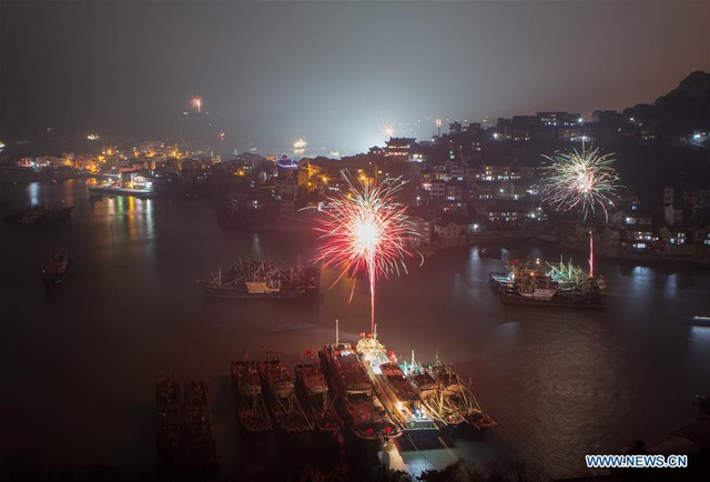 Pháo hoa thắp sáng cảng Shitang ở tỉnh Chiết Giang, Trung Quốc để chào năm mới. (Ảnh: Tân Hoa xã)