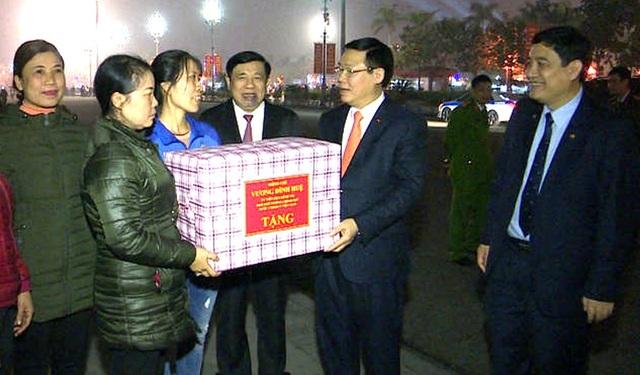 Phó Thủ tướng Vương Đình Huệ chúc Tết các công nhân môi trường - 4