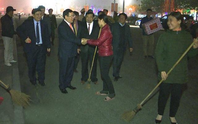 Phó Thủ tướng Chính phủ động viên, tặng quà cáPhó Thủ tướng tặng quà động viên các công nhân môi trường làm việc trong đêm giao thừa.n bộ, chiến sỹ làm nhiệm vụ tại Quảng trường Hồ Chí Minh đêm giao thừa.