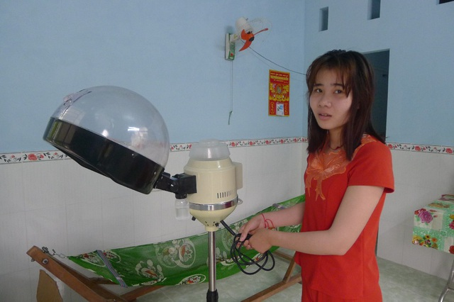 Vừa qua, Minh Thư tham gia học lớp uốn tóc và sang tết Minh Thư tiếp tục học thêm để có cái nghề lo cho cuộc sống của hai chị em