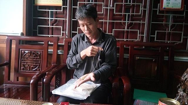 Anh Lợi bên những kỷ vật mà bà Nguyễn Thị Cúc để lại
