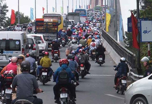 Cầu Rạch Miễu thắt cổ chai gần ùn tắc giao thông