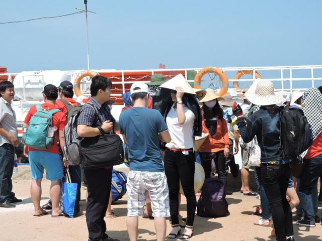 Nhiều du khách chọn đảo tiền tiêu Lý Sơn làm điểm du Xuân đầu năm mới.