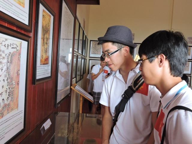 Nhiều bạn trẻ thích thú khi được tìm hiểu về đội hùng binh Hoàng Sa
