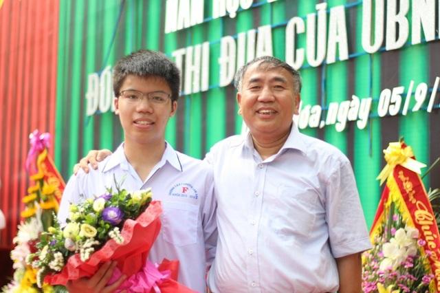 Em Nguyễn Ngọc Long và thầy Lê Văn Hoành - giáo viên chuyên Lý của Trường THPT chuyên Lam Sơn