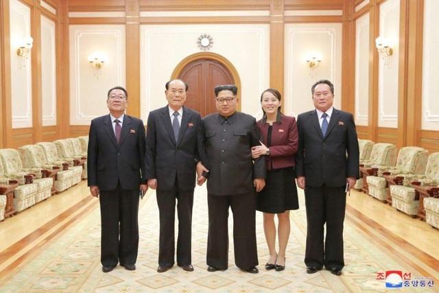 Nhà lãnh đạo Triều Tiên Kim Jong-un chụp ảnh cùng các quan chức cấp cao sau khi nghe báo cáo về kết quả chuyến thăm Hàn Quốc. (Ảnh: KCNA)