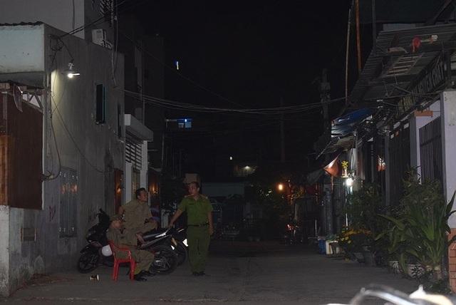 Đến tối ngày 16-2 vẫn có lực lượng công an và bảo vệ dân phố túc trực trước con hẻm vào nhà gia đình 5 người bị sát hại.
