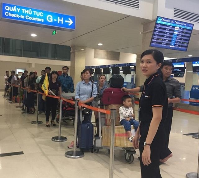 Một số ít hành khách đang xếp hàng làm thủ tục trong ngày thứ hai của năm Mậu Tuất 2018. Ảnh: P.ĐIỀN
