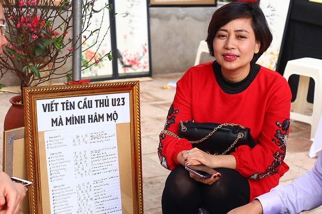 """Năm nay, tại """"phố ông đồ"""" có thêm dịch vụ viết thư pháp tên của các thần tượng đội tuyển U23 Việt Nam, lấy cảm hứng từ thành công của đội tại giải châu Á vừa qua."""