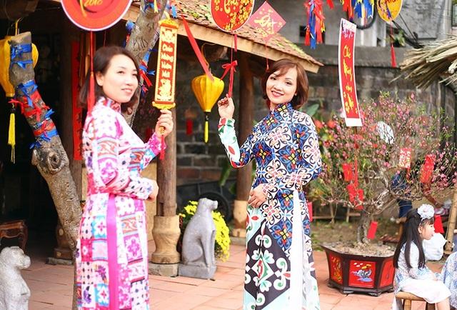 Tại khu vực hồ Văn, ngoài các gian hàng ông đồ còn có các tiểu cảnh tái hiện ngày hội xuân truyền thống xưa, thu hút nhiều bạn trẻ yêu thích và chụp ảnh.