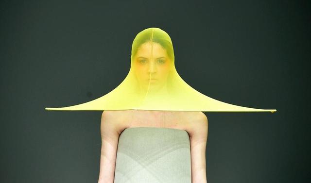 """Chất liệu vải xuyên thấu đang rất """"mốt"""", thiết kế mũ xuyên thấu này hẳn cũng muốn theo kịp xu hướng."""