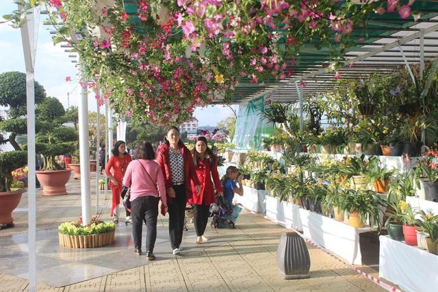 Du khách tham quan Vườn hoa thành phố Đà Lạt