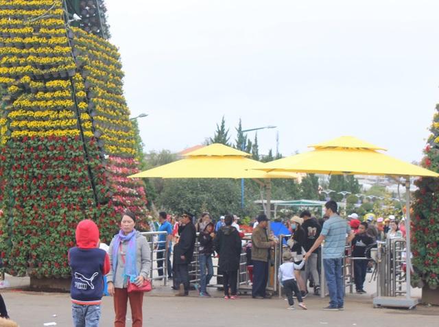 Sáng nay du thời tiết có mưa nhưng nhiều điểm du lịch của thành phố vẫn tấp nập du khách