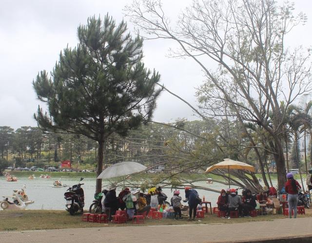 Nhiều hàng quán mọc lên cạnh bờ hồ Xuân Hương thu hút du khách