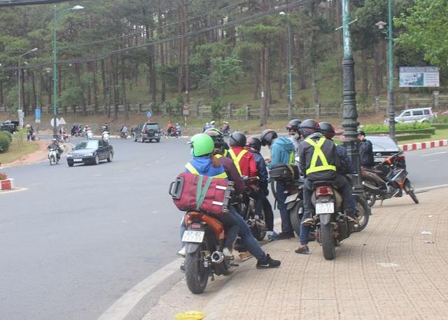 Một nhóm phượt đang dừng lại bên đường tìm điểm dừng nghỉ chân