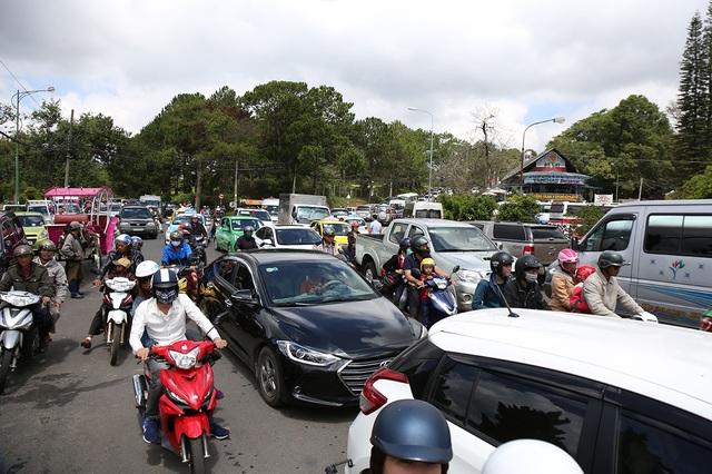 Nhiều đoàn xe nối đuôi nhau trên các tuyến đường đến các khu du lịch