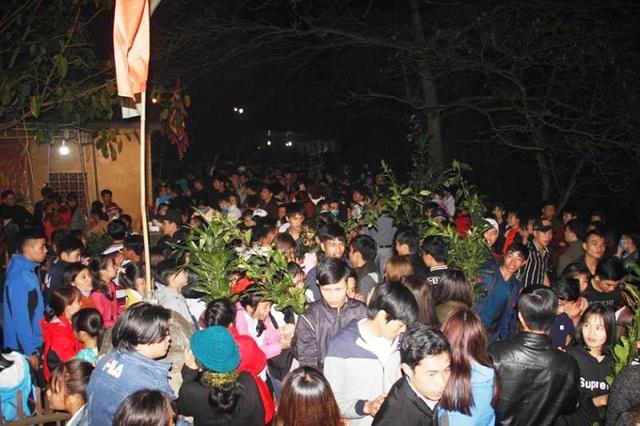 Hàng ngàn người dân vui hội chợ đình