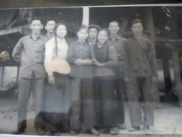 Từ trái sang phải Các giáo sư: Chiêm Tế, Phan Ngọc Liên, Trương Hữu Quýnh, Đặng Đức An và bác chủ nhà Dân tộc Tày cùng các nữ sinh năm 2 tại Việt Bắc cuối 1966