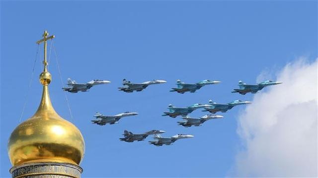 Máy bay chiến đấu Su-34 và Su-35 trong một màn trình ở thủ đô Moscow, Nga năm 2017 (Ảnh: AFP)