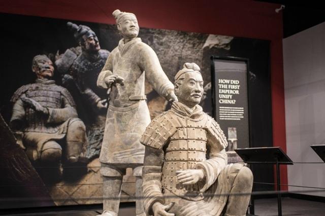 Một trong các pho tượng đất nung của Hoàng đế Tần Thủy Hoàng bị du khách phá hỏng