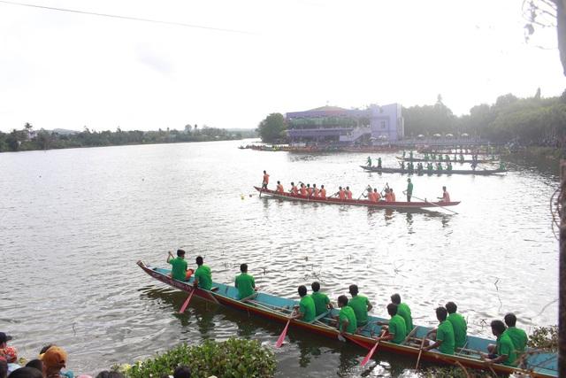 Sôi nổi lễ hội đua thuyền truyền thống đầu năm mới tại Đắk Lắk - 3