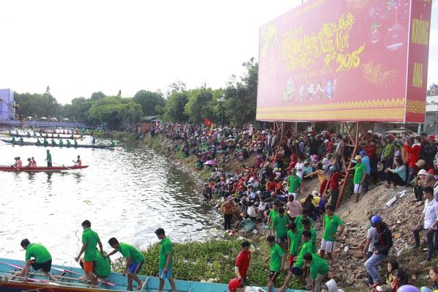 Lễ hội thu hút hàng ngàn người đến xem, cổ vũ