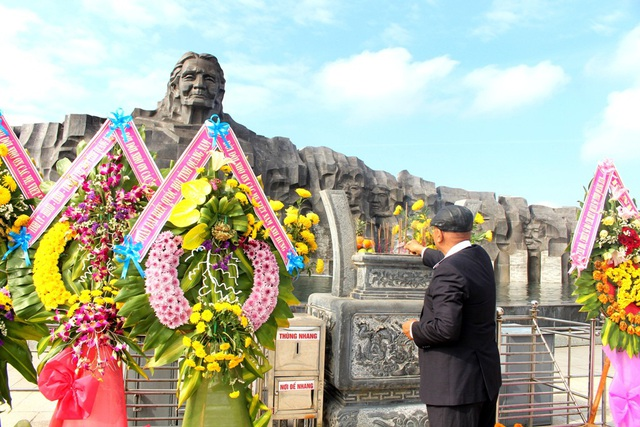 Người dân dâng hương Tượng đài Mẹ Việt Nam Anh hùng