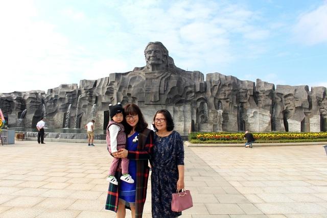 Du khách chụp ảnh lưu niệm ở Tượng đài Mẹ Việt Nam Anh hùng