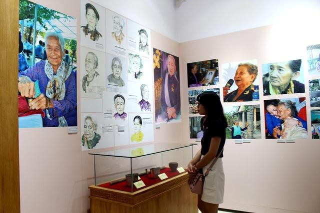 Người dân đi thăm quan các hiện vật của các Mẹ Việt Nam Anh hùng ở trong lòng tượng đài