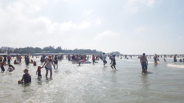 Mùng 4 Tết, biển đông nghịt người về tắm lấy hên đầu năm - 3