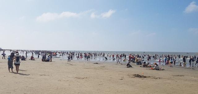 Mùng 4 Tết, biển đông nghịt người về tắm lấy hên đầu năm - 2
