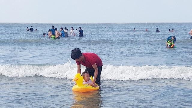 Mùng 4 Tết, biển đông nghịt người về tắm lấy hên đầu năm - 7