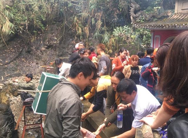 Mặc dù ban quản lý chùa đã xây dựng hệ thống ống nước ra san khu vực lan can, nhưng vẫn có người thiếu ý thức nhảy vào phía trong để rửa mặt, rửa tay.