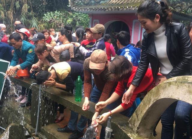 Khu vực phía sau đền Thượng luôn chật cứng người đến xin nước.