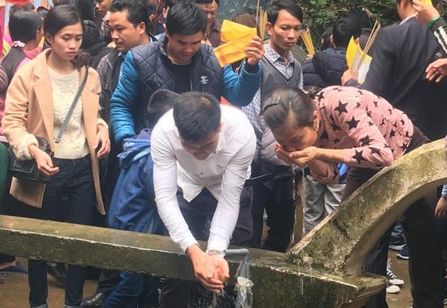 """Chen chân lên Na Sơn Động Phủ rửa mặt, uống """"nước thánh"""" - 8"""