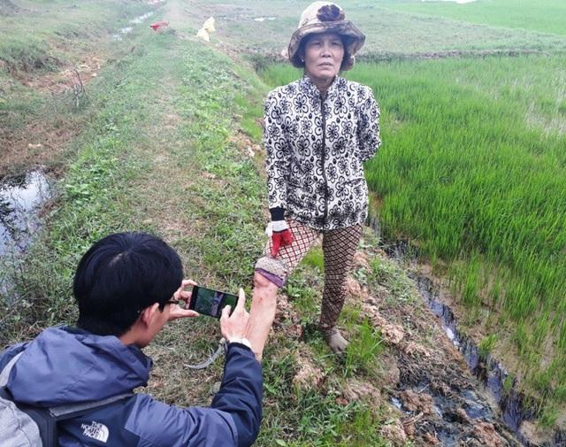 Bà Hồ Thị Hoan cho rằng do nước thải rò rỉ vào đám ruộng bà nên khi lội nước cấy lúa da chân bị lở loét nhiều chỗ.