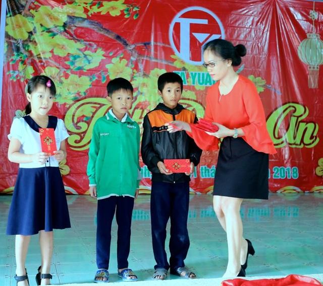 Đại diện Công ty TaYuan trao quà đến các em học sinh