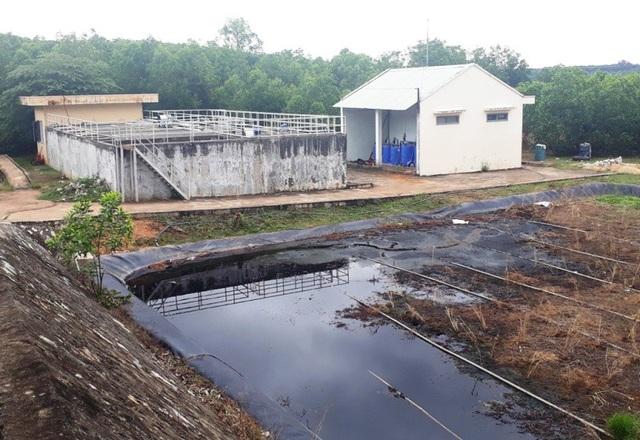 Hệ thống khu xử lý nước thải của bãi chôn lấp, xử lý chất thải rắn Hoài Nhơn bị hư hỏng khiến nước thải rò rỉ ra bên ngoài, chảy vào ruộng dân.