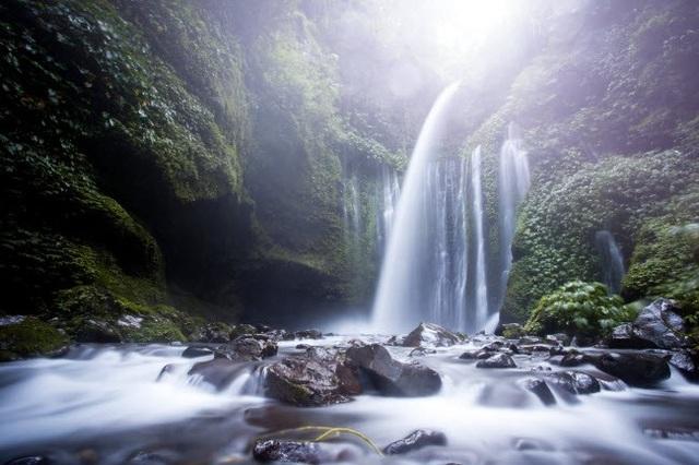 Thác Sendang Gile và Tiu Kelep trên đảo Lombok ở Indonesia. Dòng thác chảy cuồn cuộn từ vách núi cao 45m xuống phía dưới.