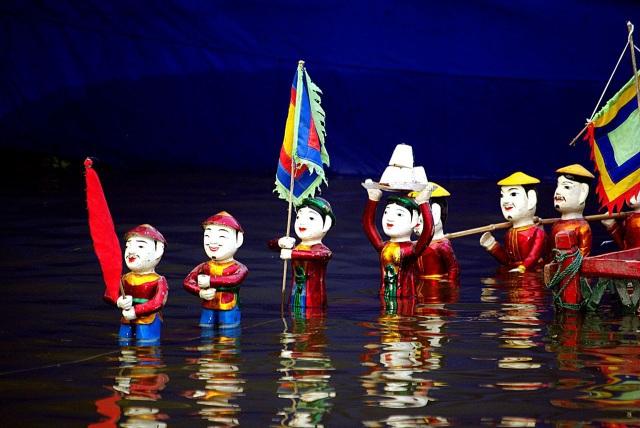 Các bé thiếu nhi và gia đình thích thú xem biểu diễn múa rối nước tại SC VivoCity.