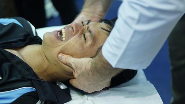 Một khách tham quan đang được bác sĩ trị liệu, nắn lại cơ mặt và chỉnh xương quai hàm