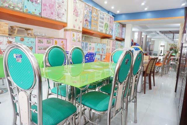 Bộ bàn kiếng, ghế xếp nệm sang trọng, đẹp mắt cho không gian phòng khách ngày Tết thêm tươi mới