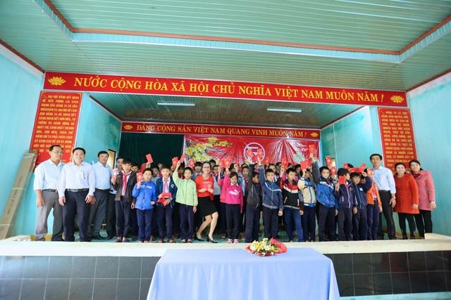 100 em học sinh khó khăn có thành tích học tập tốt được nhận học bổng dịp này