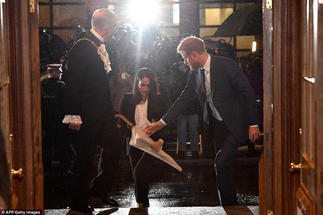 Bạn trai hoàng gia chăm chút nữ diễn viên 36 tuổi từng ly từng tý