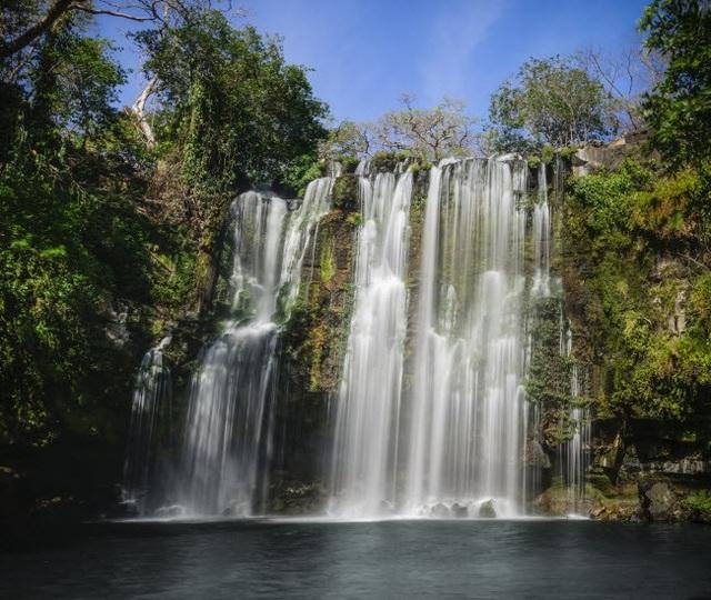 Ánh mặt trời chiếu rọi xuống mặt nước trên dòng thác nước ở vùng nhiệt đới Guanacaste, Costa Rica thuộc vùng Nam Mỹ.